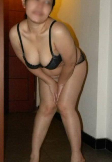 ... memperlihatkan payudara besar mulus tante semok telanjang di hotel